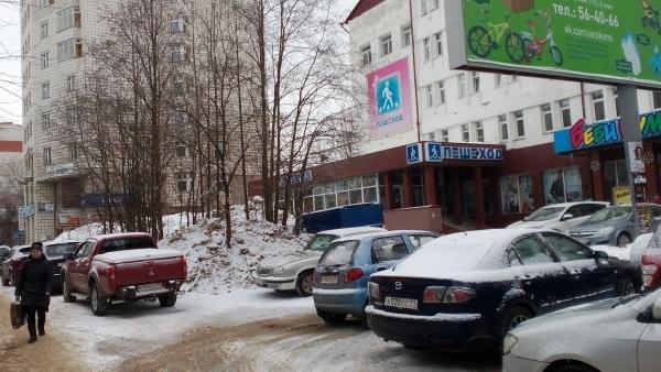 """В Сыктывкаре тротуары и газоны перед магазином """"Пешеход"""" оградят от любителей незаконного паркинга"""