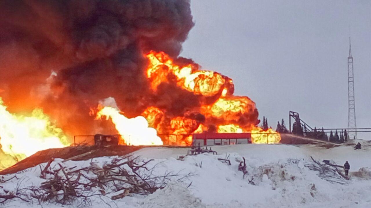 Работы по ликвидации возгорания на нефтяной скважине в Усинске продолжались всю ночь