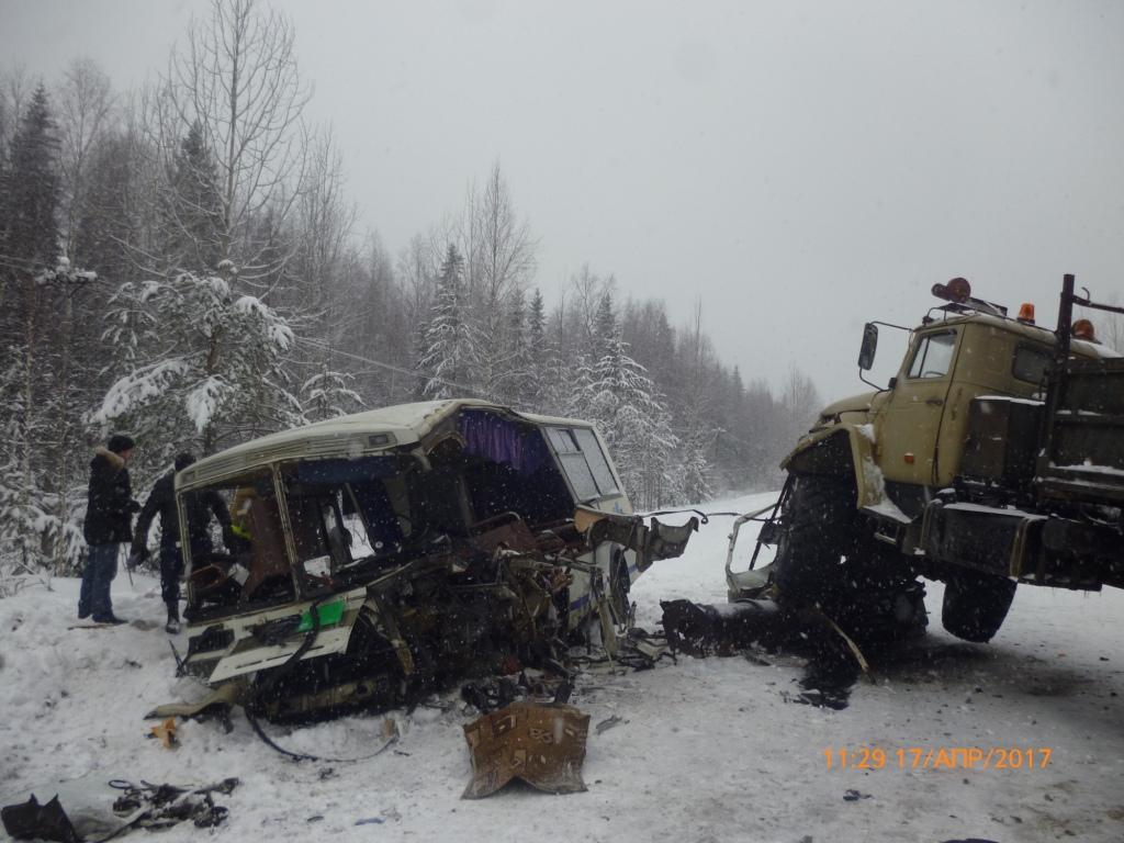 ВРоссии столкнулись рейсовый автобус игрузовик, 1 человек погиб, 40 пострадали