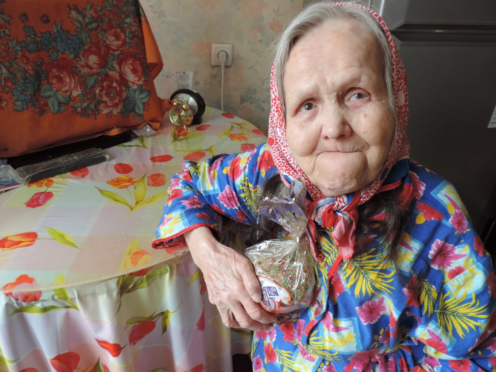 Соцработники Сыктывкара подарили радость на Пасху нуждающимся пожилым людям