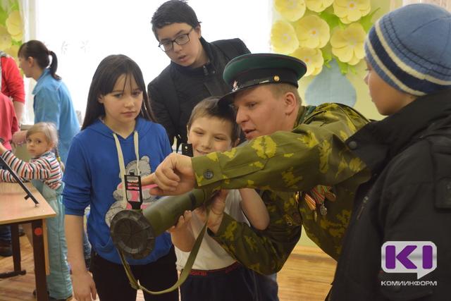 Урок мужества преподали воспитанникам сыктывкарского Социально-реабилитационного центра офицеры России и ветераны-пограничники