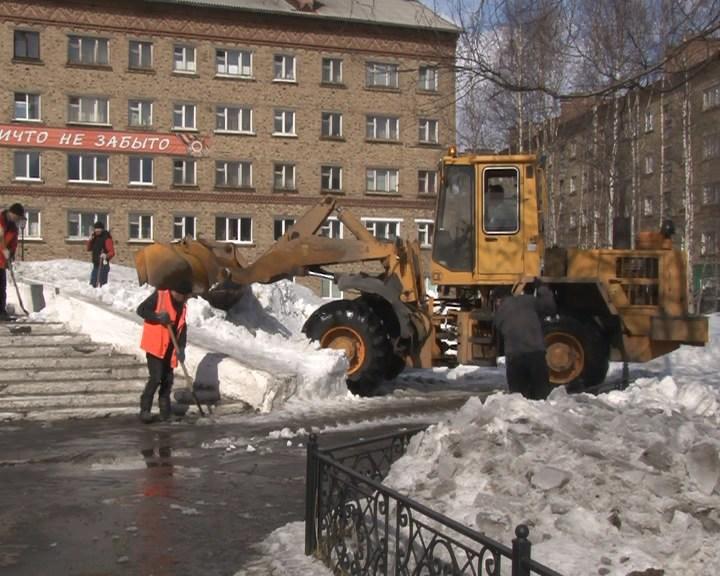 Участники первого весеннего субботника в Инте освобождали город от снега
