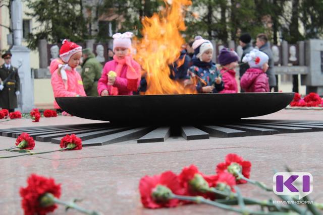 Сыктывкарские дошкольники первыми возложили цветы к мемориалу