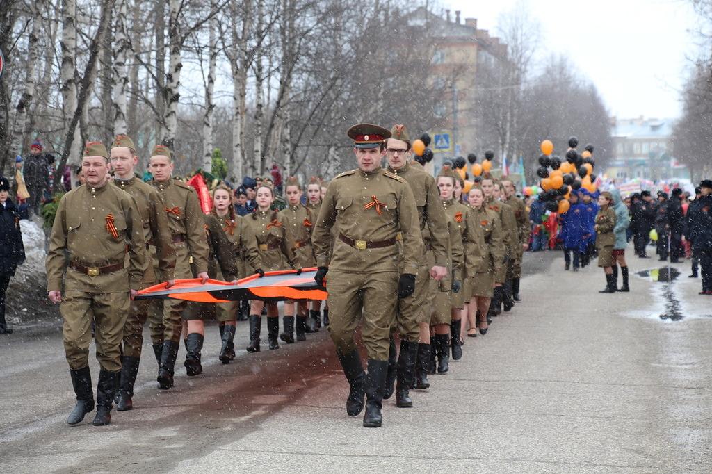 По площади Победы в Печоре пронесли многометровую георгиевскую ленту и запустили в небо оранжевые и черные шары