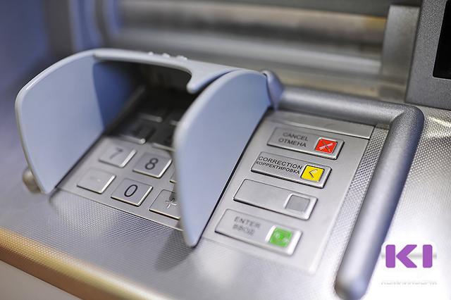 Сыктывкарка, похитив банковскую карту приятеля, потратила за сутки 86 тысяч рублей