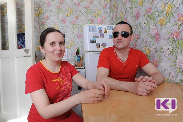 Молодые незрячие родители Сергей и Елена Палкины: