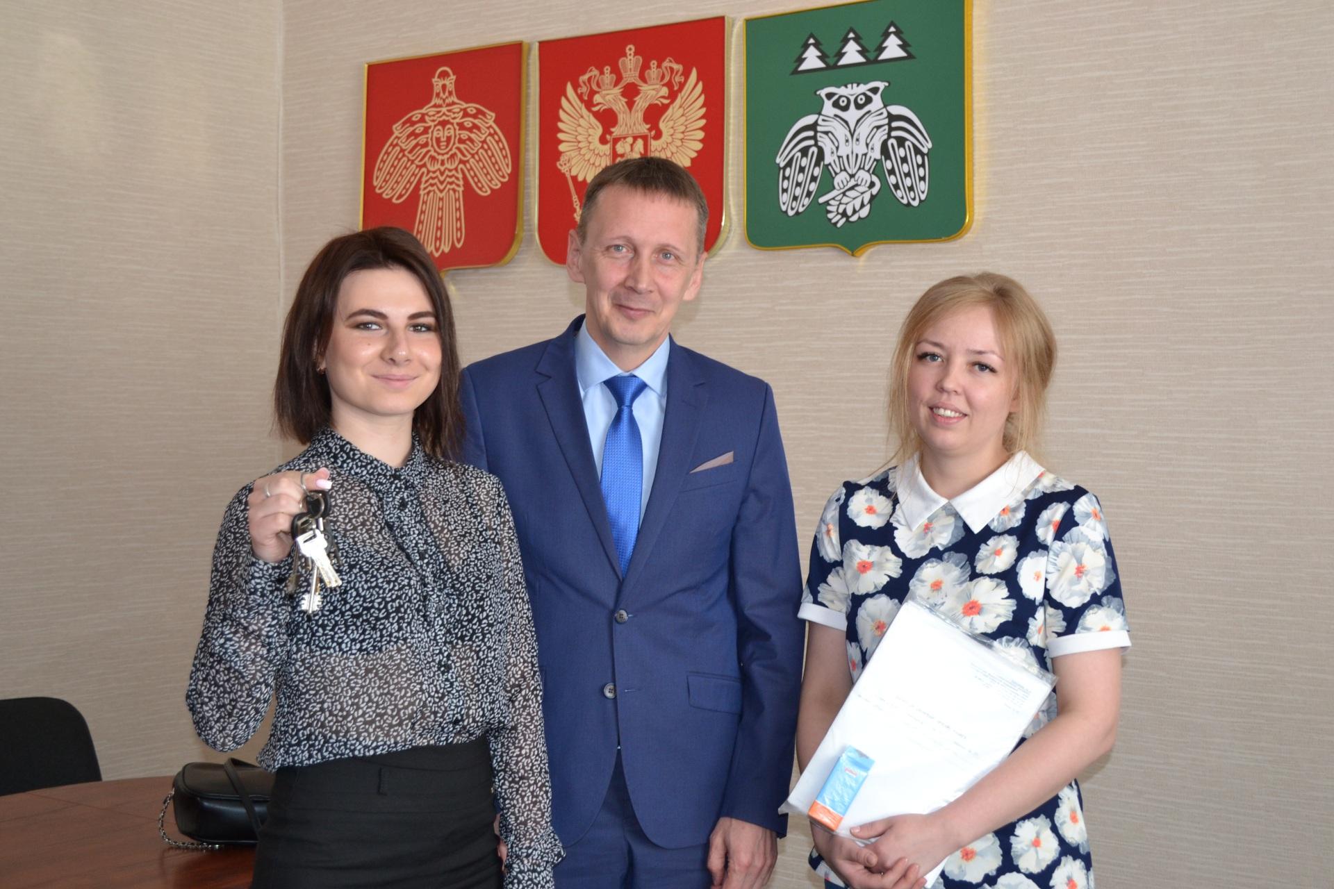 В Сыктывдинском районе вручили ключи от квартир двум сиротам