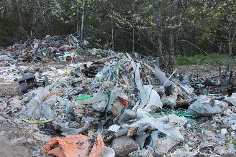 Водители большегрузов вывозят мусор в зеленую зону под Сыктывкаром
