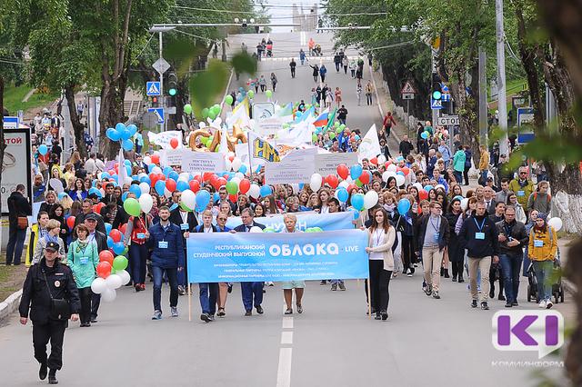 """Более тысячи новоиспеченных специалистов шествовали по Сыктывкару под """"Облаками"""""""