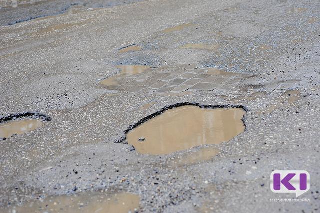 В Печоре при расчистке покрытие дороги