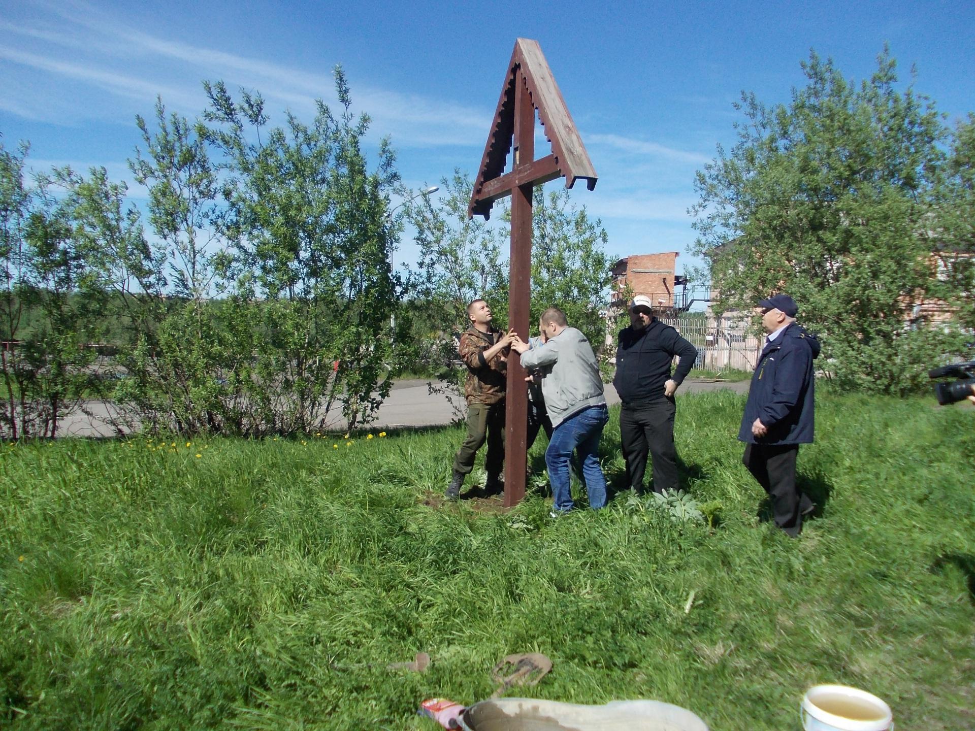Памятный крест восстановили в Инте во время субботника