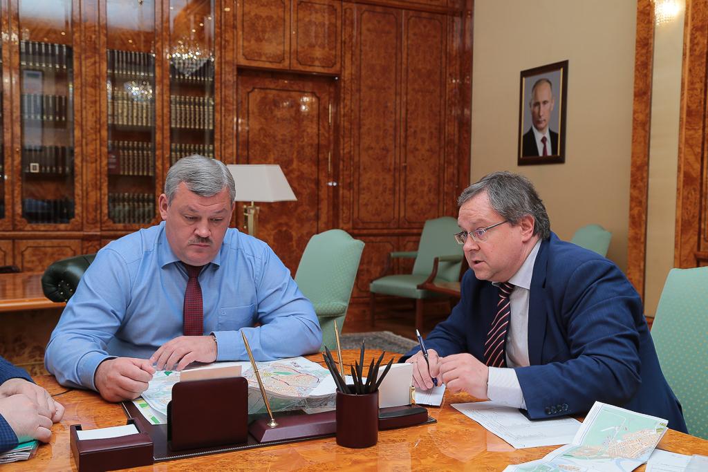 Мэр Сыктывкара доложил главе Коми о ремонте дорог и дворов в 2017 году