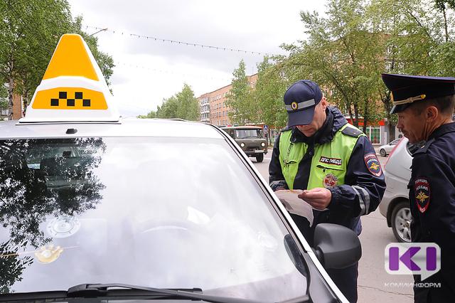 Сыктывкарские таксисты ездят с лицензиями, но на