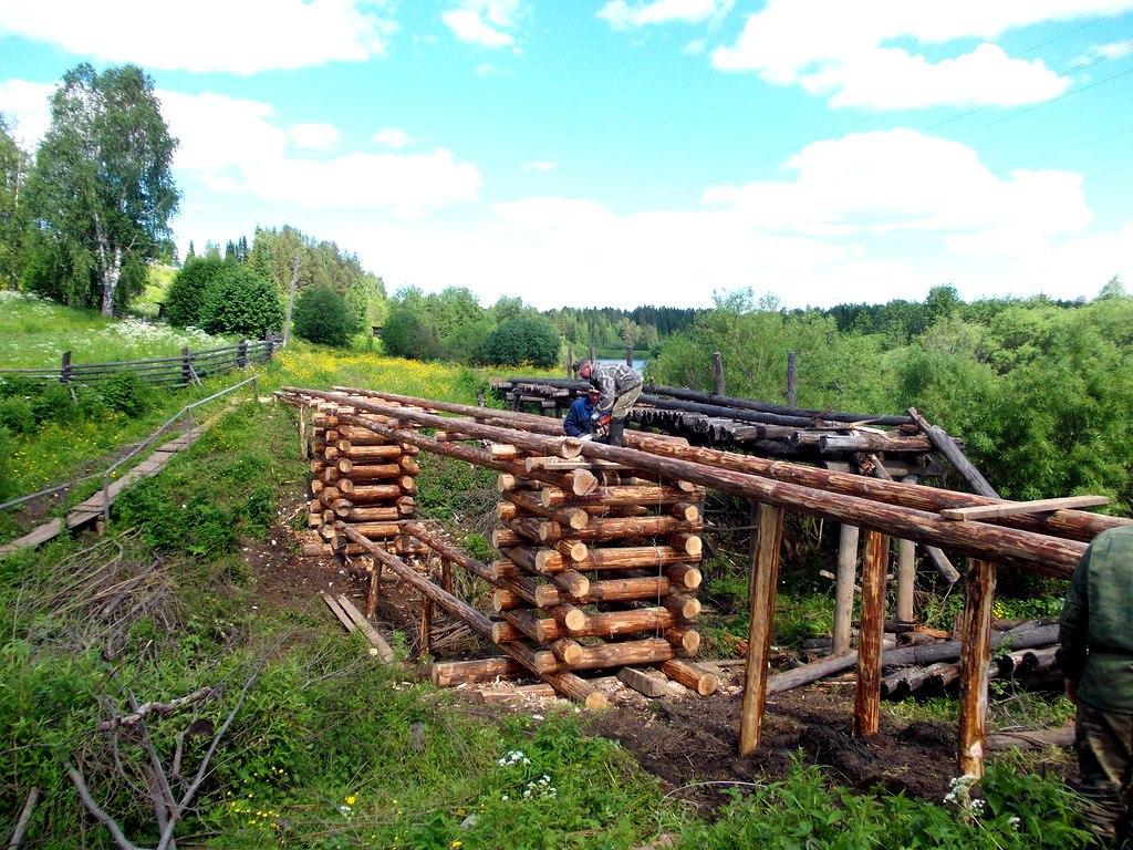Жители села Нижний Воч своими руками возвели мост через ручей