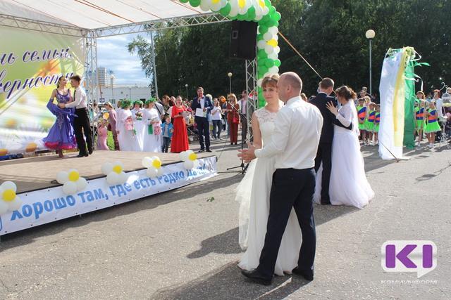 Две пары молодоженов исполнили свой первый танец в центре Сыктывкара