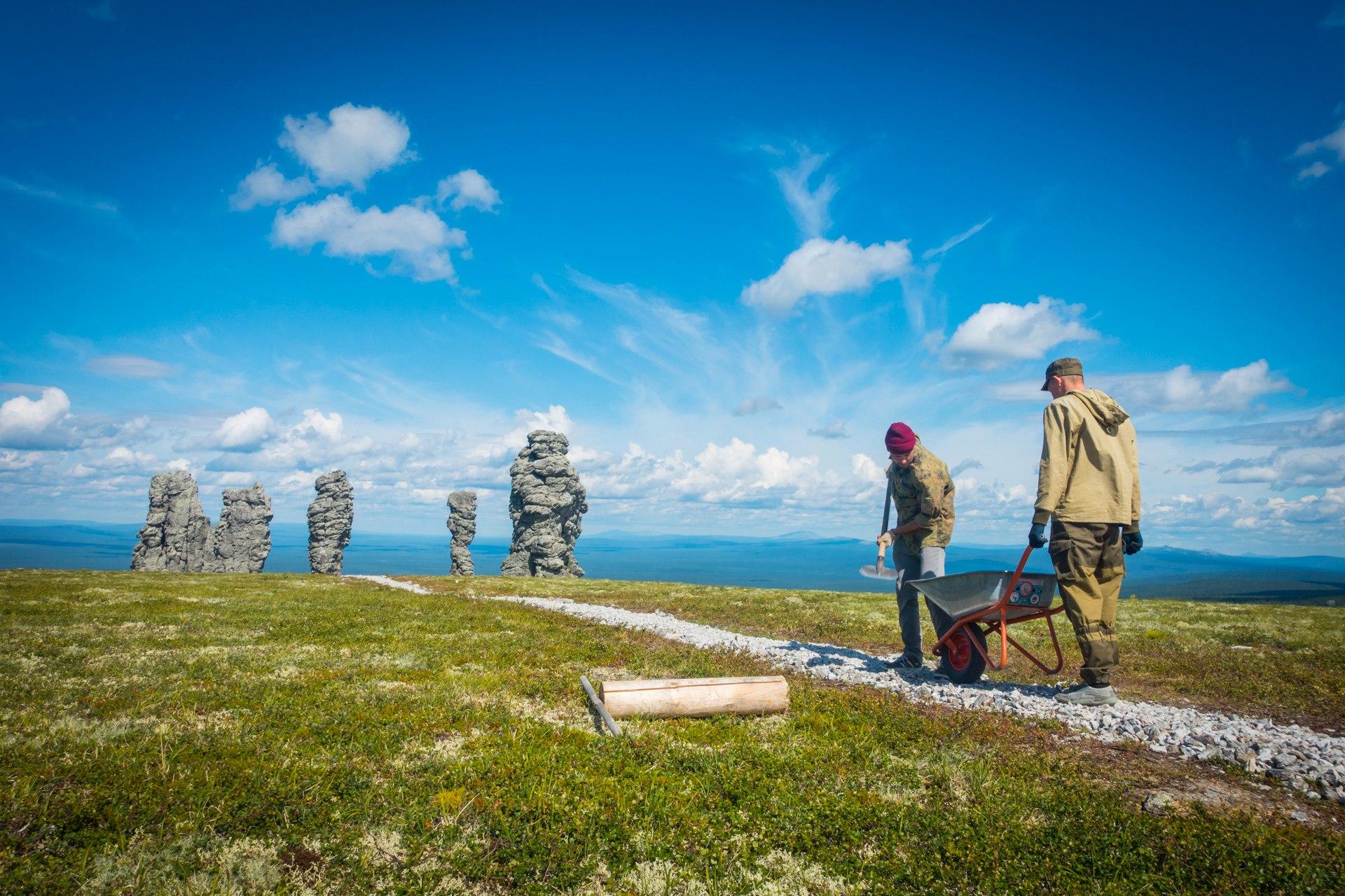 Прохладное лето не уменьшило поток туристов, желающих увидеть плато Маньпупунёр