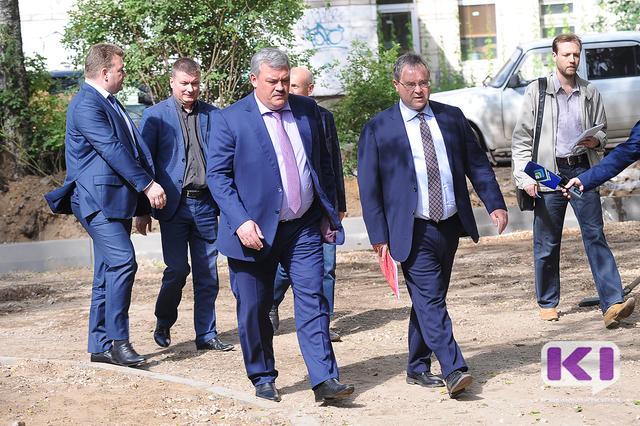 Сергей Гапликов проверил ход работ по благоустройству дворов в Сыктывкаре