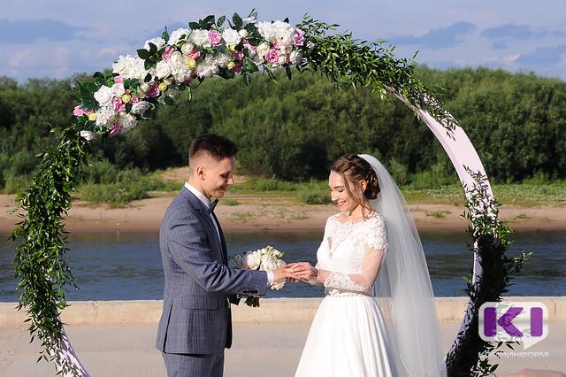 В столице Коми положено начало новой традиции регистрировать браки на набережной