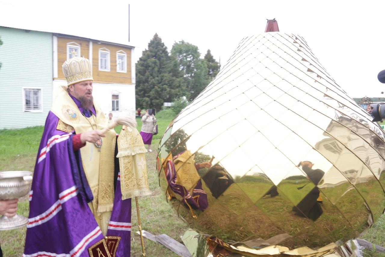 В строящемся храмовом комплексе святителя Василия Великого в Нившере освятили купола