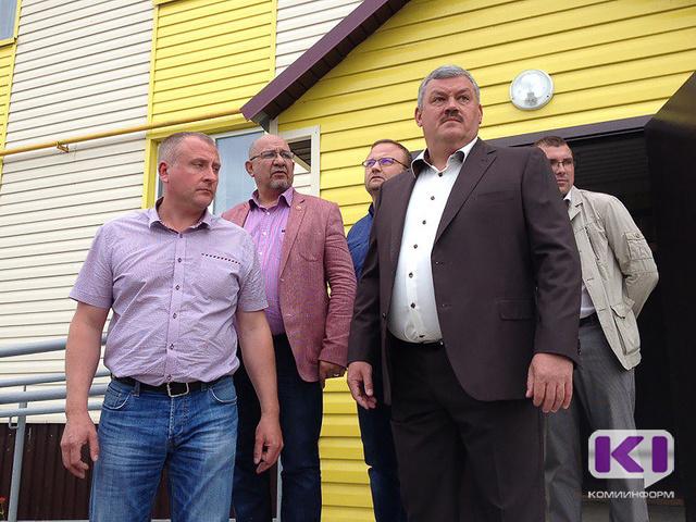 Сергей Гапликов проконтролировал завершение строительства двух домов для переселенцев в селе Нижняя Омра