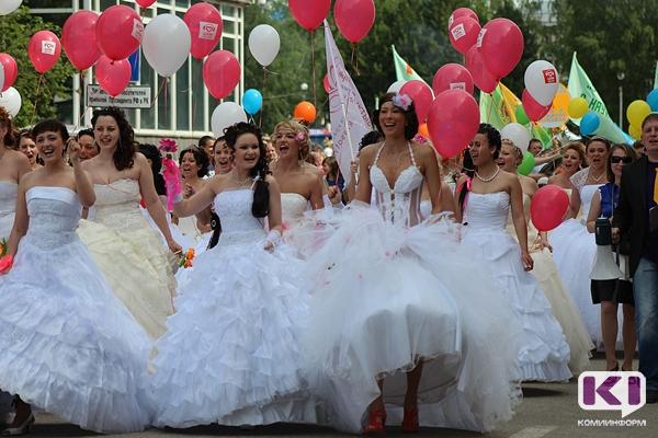 На параде невест в Емве участницы будут плести венки и мыть машину