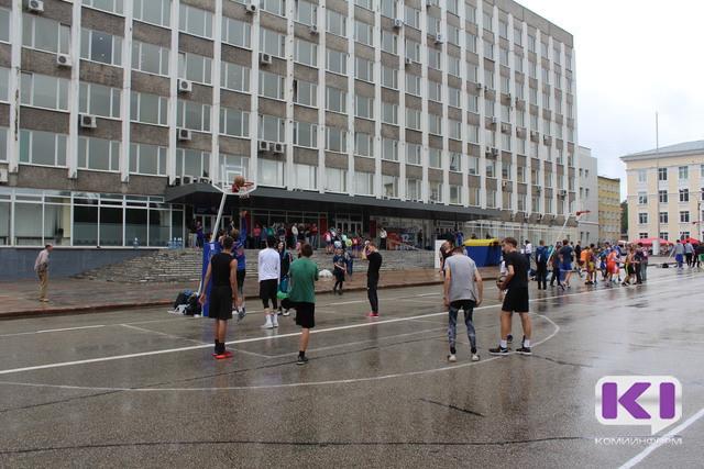 Сыктывкарцы играли в баскетбол, сдавали нормы ГТО, стреляли из арбалета и поливали из брандспойта