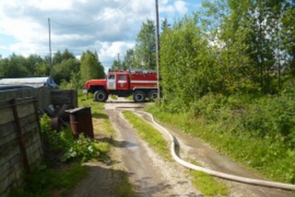 В Ухте пожарные отстояли дачный домик