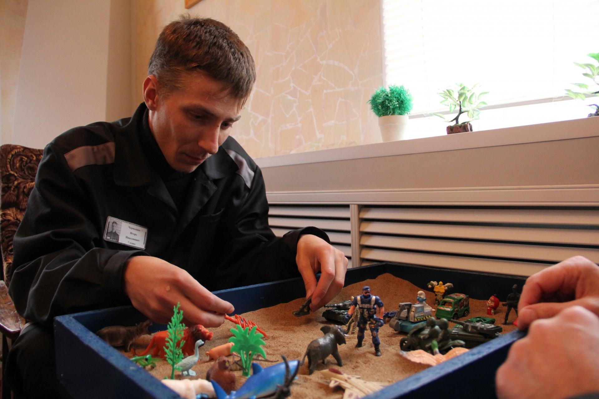 В ИК-25 осужденные рисуют, слушают классику и играют в солдатики