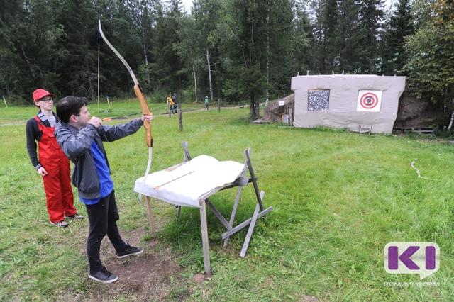 """Посетители """"Живого воздуха"""" учатся стрелять из лука и постигают культуру Коми"""