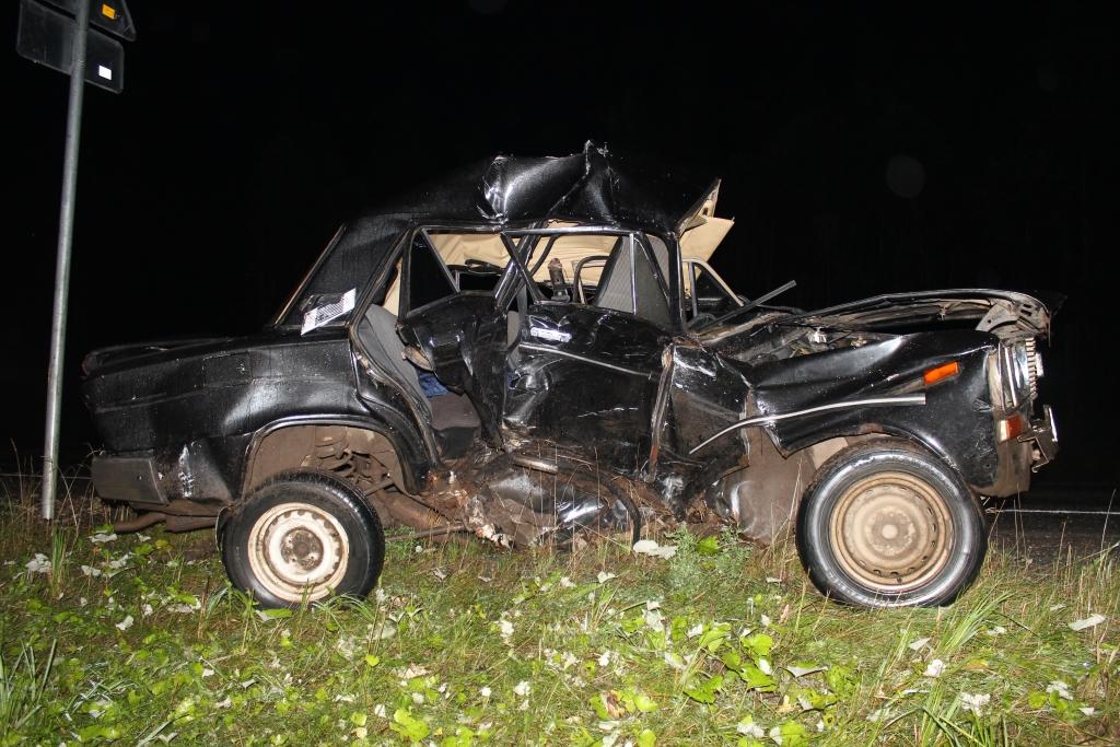 В Коми женщина-водитель спровоцировала двойную аварию, наехав на колесо и дорожный знак