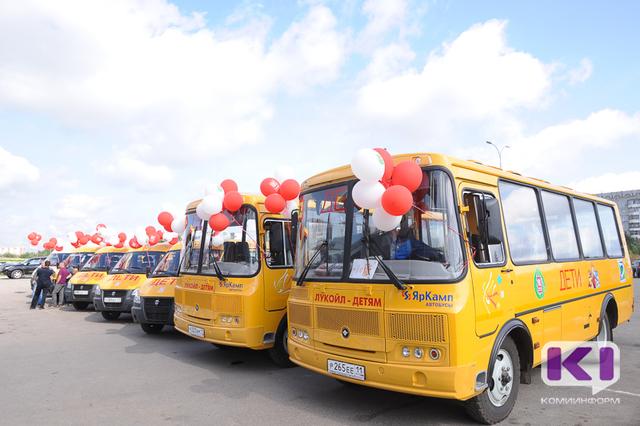 """Десять школьных автобусов подарил """"ЛУКОЙЛ"""" муниципалитетам на Коми ВДНХ"""