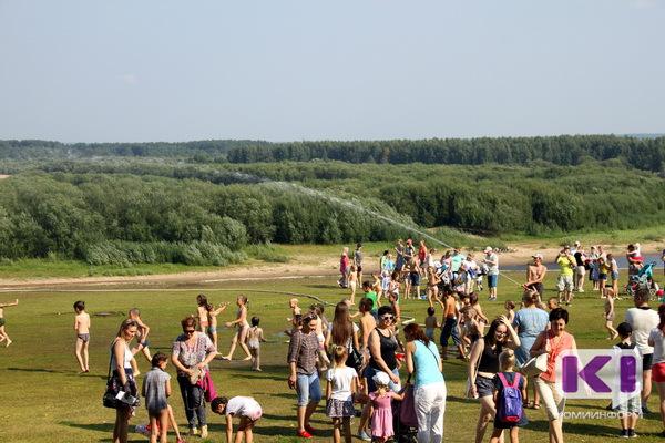 В Кировском парке сыктывкарцы спасались от праздника и жары под гигантским фонтаном