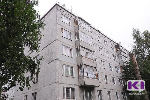 На крыше дома в Сыктывкаре искали подростков, а обнаружили взрослых