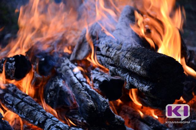 В сосногорском поселке Керки дотла сгорел трехквартирный дом