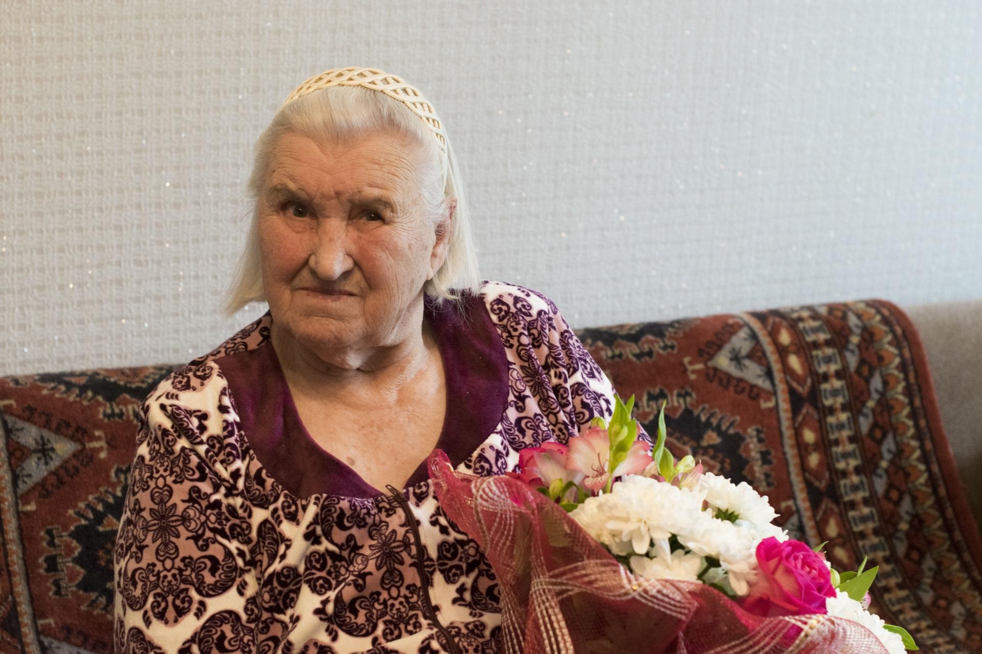 Глава Ухты поздравил с 90-летним юбилеем жительницу Водного Дину Щелканову