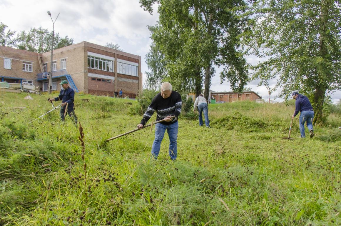 Сотрудники школы олимпийского резерва помогли благоустроить территорию сыктывкарского детдома №1