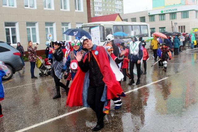 Нашествие комаров и уличные свадьбы: как Усинск отмечает 33-летие