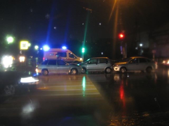 В Сыктывкаре водитель ВАЗа не справился с управлением и врезался в три встречных автомобиля