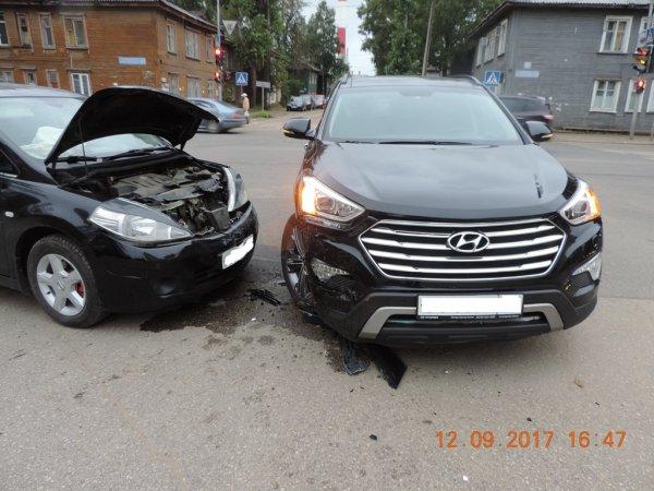 В Сыктывкаре водители двух иномарок не поделили Октябрьский проспект