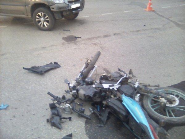 В ДТП в Сыктывкаре травмировался молодой водитель мопеда Indigo Storm