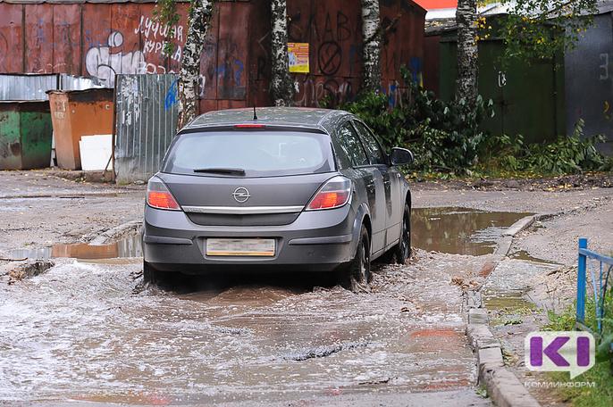 В плановый ремонт двора по улице Пушкина в Сыктывкаре не вошла огромная яма