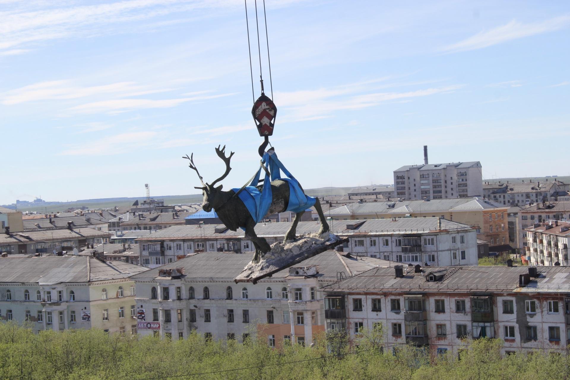 Знаменитый воркутинский олень с крыши