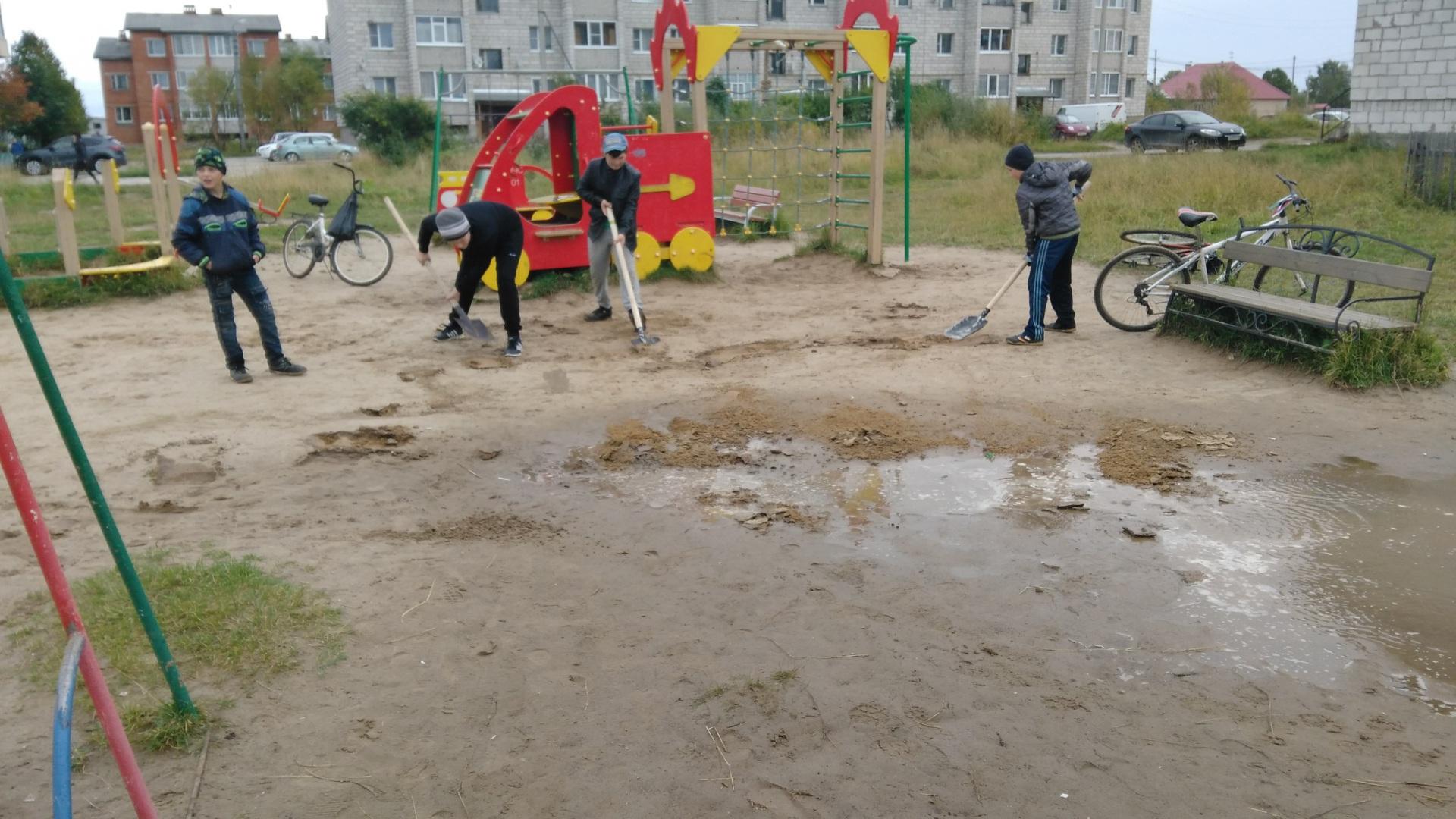 В Айкино взрослые и дети навели порядок на детской площадке