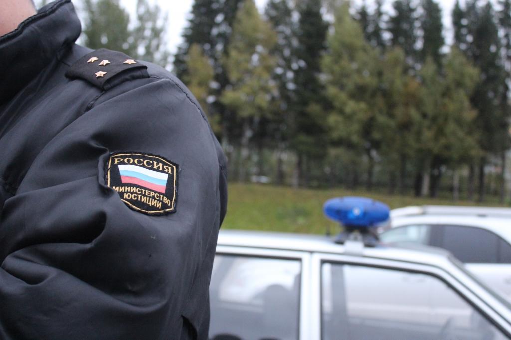 Екатеринбуржец попытался сбить человека, пока унего забирали арестованный задолги автомобиль