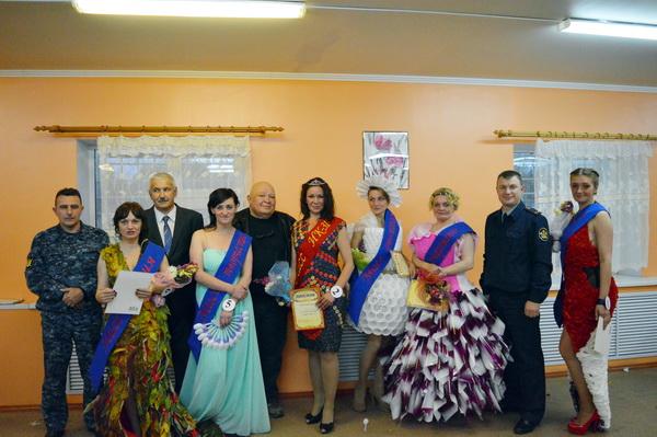 Участницы конкурса красоты в колонии №31 Микуня смастерили платья из оберток, этикеток, одноразовой посуды и листвы