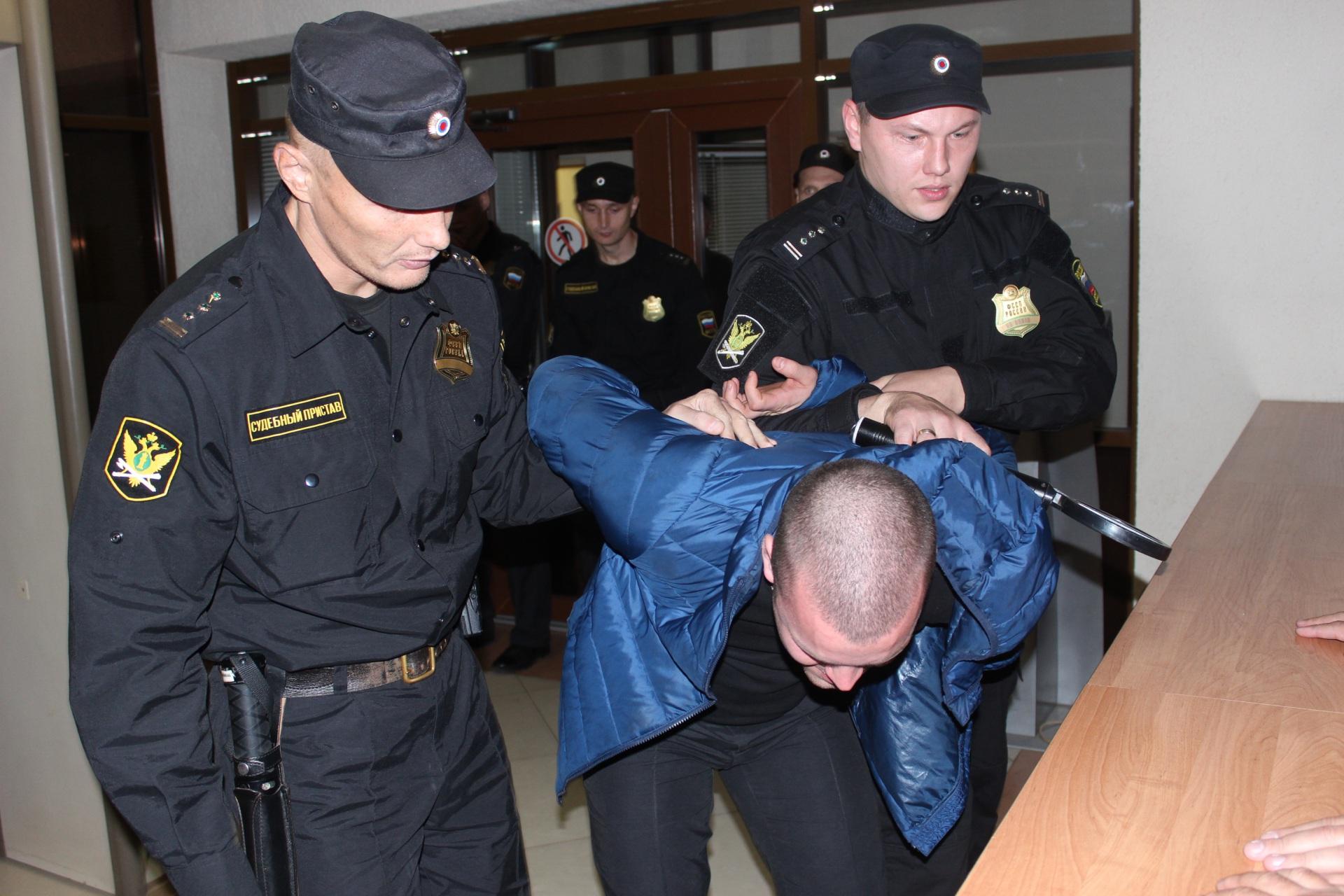 Жители Коми пытались пронести в здания судов почти две тысячи запрещенных предметов