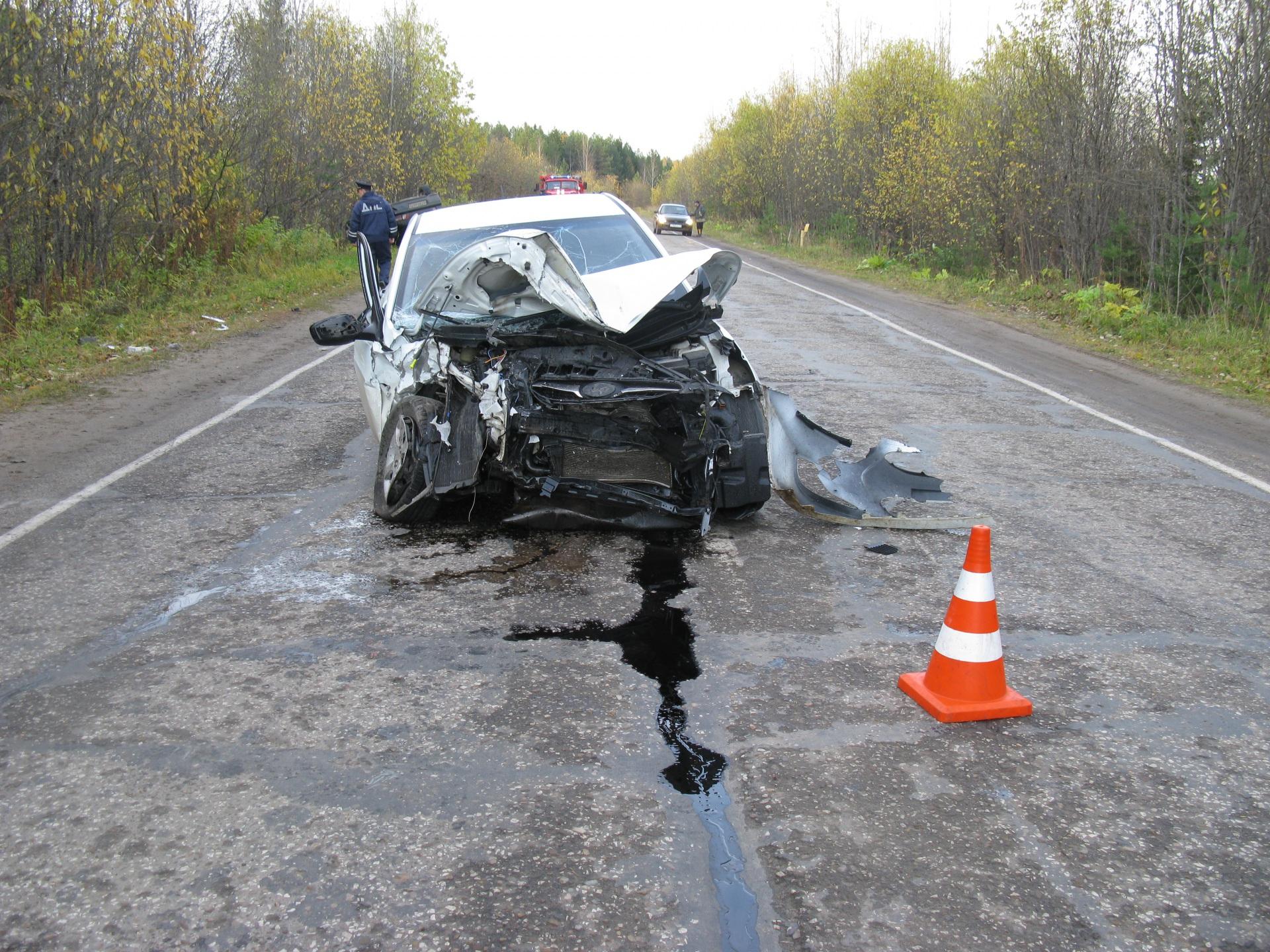 Пять человек получили травмы в лобовом столкновении машин на автодороге Вогваздино-Яренск