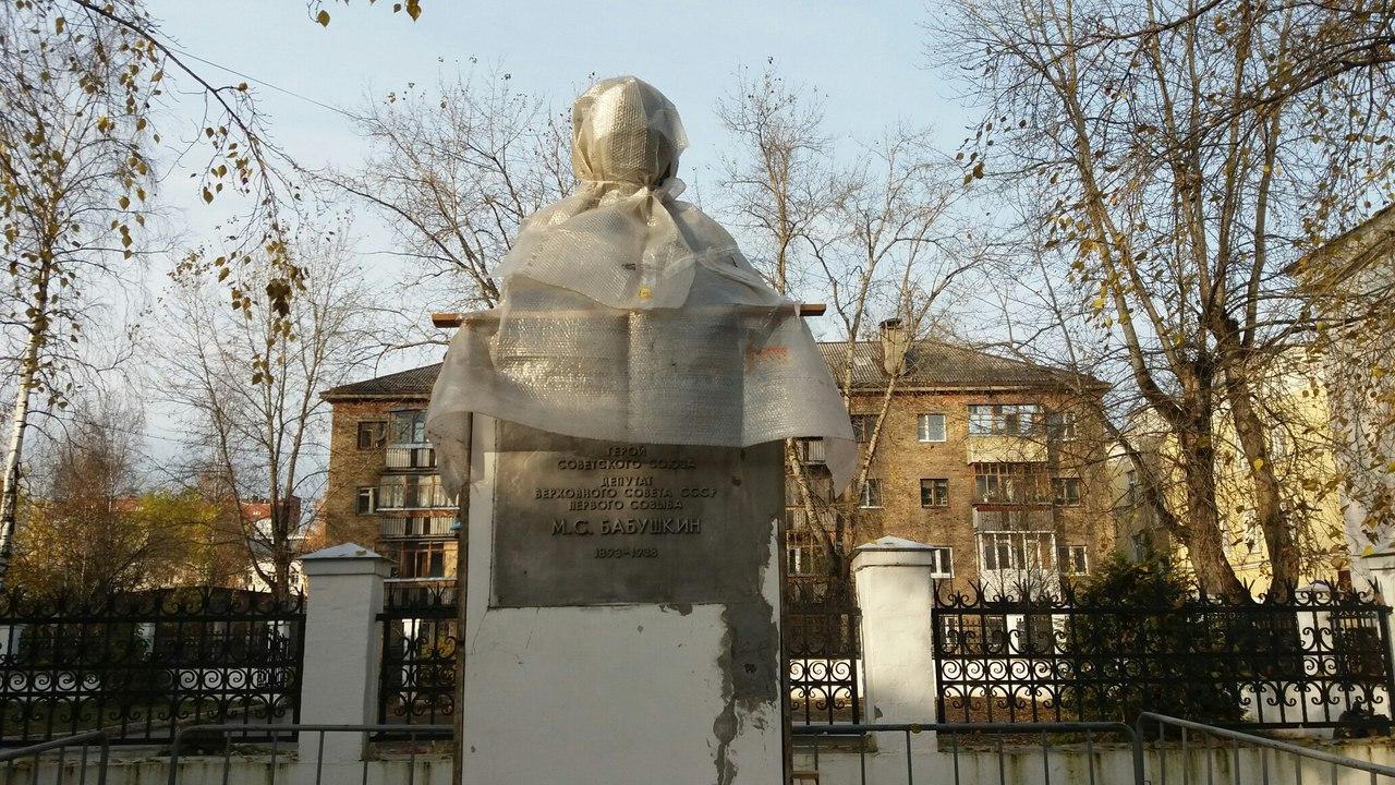 Поврежденный памятник Герою Советского Союза в Сыктывкаре частично отремонтировали