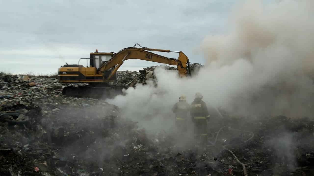 За неполную неделю пожарным удалось уменьшить площадь тления на полигоне ТБО в Инте вдвое