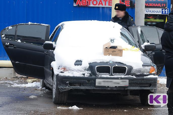 В припаркованной в сыктывкарском дворе BMW ищут гранату